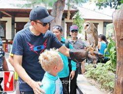 TGB Ajak Anak Bule Foto Dengan Burung Hantu, Come Here You Can Touch It